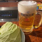 焼肉 白雲台 - お通しのキャベツと生ビール