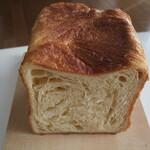 ベーカリー ハチマルニ - デニッシュ食パン(切り口)