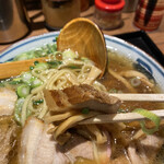 oomiyaikutaan - 乱切りのバラチャーシューは、醤油濃さより塩味がしっかりしています。
