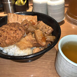 新橋 岡むら屋 - ハンバーグ肉飯(690円)