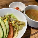 喫茶★レストラン マカロニキッチン - カレー前にベジファースト的にサラダとスープが配膳。