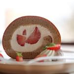 キッサ マシマロ - 料理写真:2021年2月再訪:黒糖といちごのロールケーキ☆
