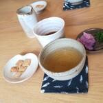 いんなーと みやびの - ドリンク写真:蕎麦茶とおかき