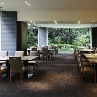 窓の外には日本庭園を臨み、個室ながらも開放感のあるスペース。
