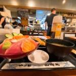 145961594 - 海鮮居酒屋 山傳丸@海浜幕張店 海鮮丼・大盛+アジフライ 横から