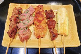 京の焼肉処 弘  - 左から順に、和牛切り落としカルビ、自家製スモーク牛タン、ホルモン、牛ハラミ、季節のお野菜(ズッキーニ)