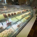 カノン - お店に入って見るとショーケースには「赤い風船」や「レーブド・ペペ」さんで修業された安藤シェフの作る素敵なケーキが並んでました。