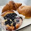 Petit Riche - 料理写真:フレッシュブルーベリーガレット、クロワッサン、あまくち焼きカレーパン