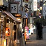 平澤かまぼこ - 外観写真:王子駅北口を西に出て直ぐの景色。 薄黒いのはオバケではありません、ヒトの姿を拙く加工しました。