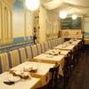 ラ ポスト - 内観写真:テーブル席と広いカウンター席 中央にはフランス式ローストオーブン
