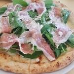 ピッツェリア トニーノ - 生ハムとルッコラ チーズが伸びて生地はマルゲリータより厚めでもっちり食べごたえあります