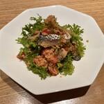 Niru - 燻製コノシロ ワサビ菜 トマトのタブレ クスクス添え