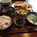 大黒屋 - 麦とろ紅鮭定食。味噌汁を豚汁に変更。