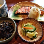 大黒屋 - 紅鮭にはたっぷりの大根おろしに 更にしらす干しまで。消化酵素の働きで鮭の蛋白質を逃さず摂取。ビタミンCで美肌効果&免疫力向上。カルシウムで骨増強&イライラ防止。
