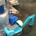 146049036 - 建設機械を模した子供用遊具がなぜか店内に。