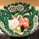 Akasaka Kikunoi - 水仙の器に明石の天然鯛 、長崎の鮪