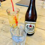Pizzeria da Torachici - 左:ピッツァランチのアップルジュース 右: 瓶ビールはサッポロラガービールの中瓶