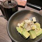 ふわり - アボカドとクリームチーズの和物。好みでしょうゆをかけますが、かけなくてもかけても美味しい鉄板の組み合わせだと私は思います。