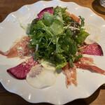 レストラン ビブ - スペイン産生ハムのサラダ仕立て、グラナパダーノチーズ