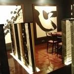 寿司・日本料理 さわ田 - 6人がけのテーブル席などがあります。