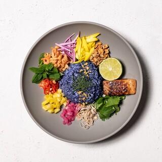 色鮮やかな青いご飯を使ったヘルシーなライスサラダ「カオヤム」