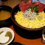 Hokkaidouhadekkaidouohotsukunomegumiabashirishi - 鮪と釜揚げシラス丼 1000円(税込)