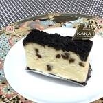 カカ チーズケーキストア - ◆KAKAプレミアム(380円:税別)・・チョコチップを混ぜ、上にはココアパウダーがかかっています。 チーズの旨味がチョコやココアの風味で弱まり、ちょっと勿体ないかも。