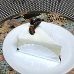 カカ チーズケーキストア - ◆レアチーズ(352円:税別)・・レアイーズケーキとしては完成度が高く、 ゼラチンやレモンのバランスもよく美味しいと思います。 少量のバニラビーンズが入り。