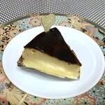 カカ チーズケーキストア - ◆バスク(306円:税別)・・バスク地方の表面を焦がしたチーズケーキ。 濃厚なチースの旨味をダイレクトに感じる品で好み。