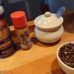 自家製麺 火の鳥73 - 卓上調味料。