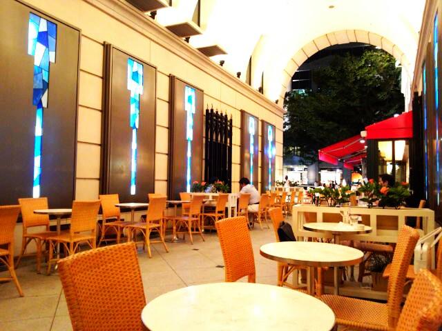 アニヴェルセル カフェ - オープンカフェの奥から。平日の遅い時間はゆったり