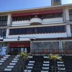カフェ・スコーラ - 廃校になった学校リノベーション。 建物の正面には小さな動物園もありましたよ。