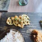 マケイヌノトオボエ - メイン(根菜と鶏のアンチョビ炒め)