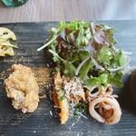マケイヌノトオボエ - サラダ、唐揚げ、イカ煮付け