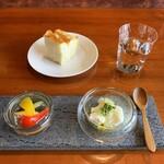 Restaurant Re: - フォカッチャ、野菜のピクルス、北海道竹下牧場モッツアレラとグレープフルーツのカプレーゼ