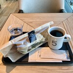 5 クロスティーズ コーヒー - ハム&ゴーダチーズサンド590円、5CCブレンドコーヒーR340円