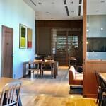 5 クロスティーズ コーヒー - 奥にはソファー席