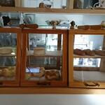 自家焙煎コーヒー モモ カフェ - 料理写真:モモ カフェ自家製パンコーナー(次々焼きあがってます)