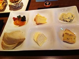 チーズ&ワイン mu-ku - チーズ4種類とドライフルーツ980円