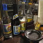 琉球御殿 - 良く見えないですが灰皿の奥に八重泉の香辛料?