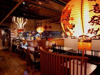 台湾料理故宮 - 提灯越しの店内