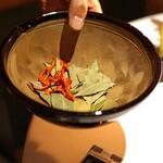 レフェルヴェソンス - 乾燥させたローリエ、パプリカ、カルダモン、胡椒