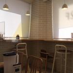 Oyakodongottsutabenahare - 店内にはカウンター席、テーブル席