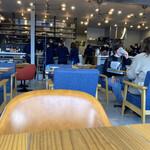 エスプレッソ ディー ワークス - 店内…50%位の客入り(女性客が多し)