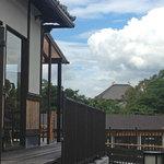 カフェ イ・ルンガ - 左がお店。中央右手には東大寺大仏殿の屋根が見えます〜♪ 2012.08.15