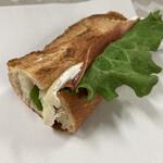 146182707 - ハムとカマンベールチーズのバゲットサンド