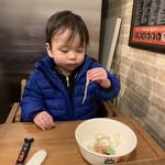 地球の中華そば - 麺を手掴みで食べる我が子