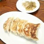 ラーメン・餃子 ハナウタ - 焼餃子 370円(平日ランチタイム100円引)、サービスの搾菜