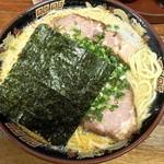 14623885 - とんこつラーメン(大盛り1.5玉¥650)個性的な豚骨。豚骨の味はせず、ポタージュスープや〜。9/2/2012