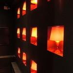 百えん屋 - 階段の壁の照明